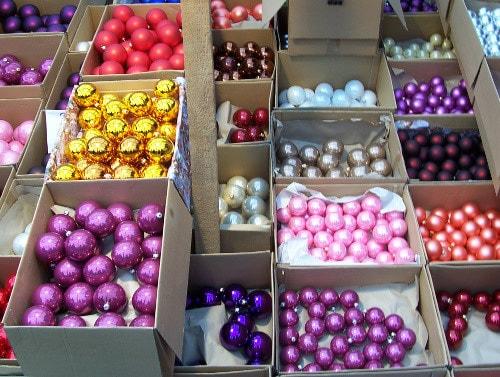 barevné baňky v krabicích