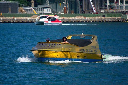 zlatý člun na moři